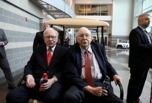 Warren Buffett's Stock Moves Warn of Looming Recession for U.S. Economy